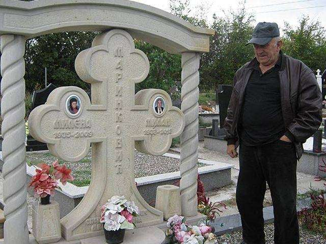 Интимный портрет любимой жены на надгробье (6 фото)