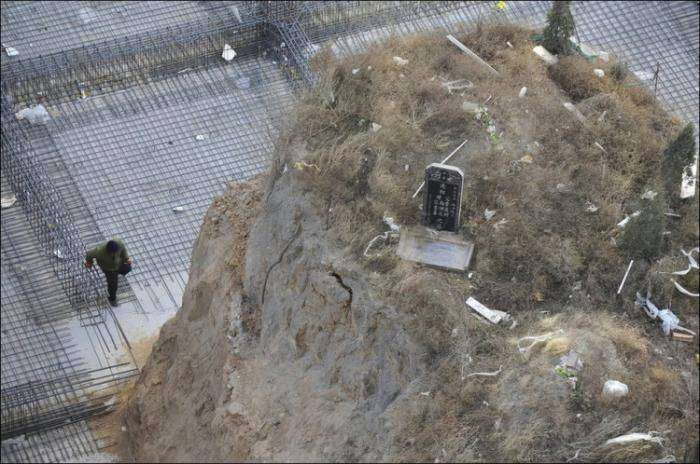 Строительство дома на месте кладбища (6 фото)