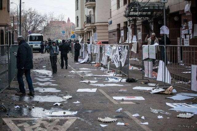 В Москве турецкое посольство забросали камнями и бутылками (13 фото)