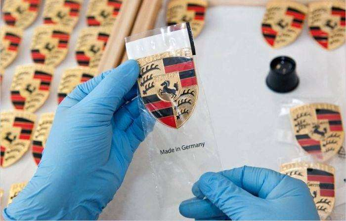 Необычный способ производства шильдиков Porsche (7 фото)