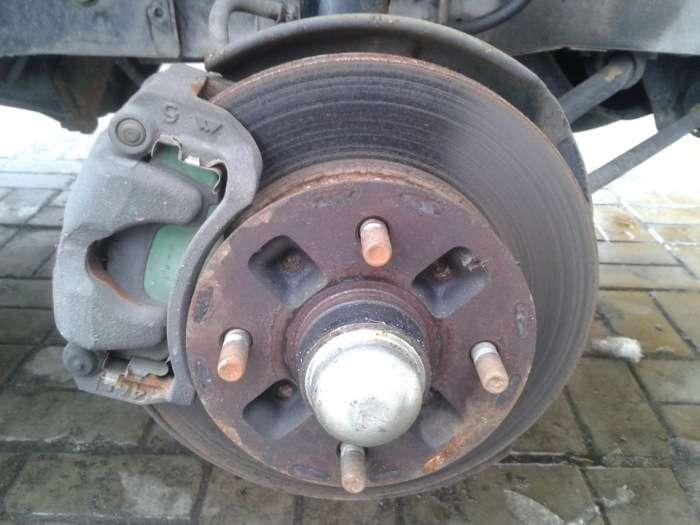 В Донецке автомобиль Toyota Mark II более 20 лет оставался замурованным (20 фото)