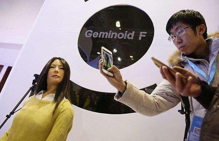 В Китае представили усовершенствованную женщину-андроида Geminoid F (4 фото)