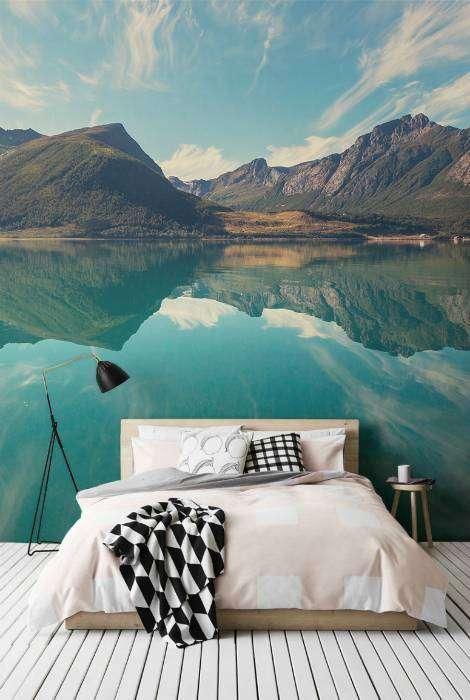 Красивый пейзаж в интерьере спальни.