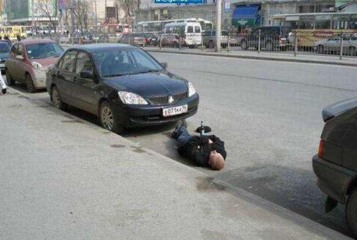 За небольшие деньги бесстрашный охранник поспит на вашем парковочном месте.