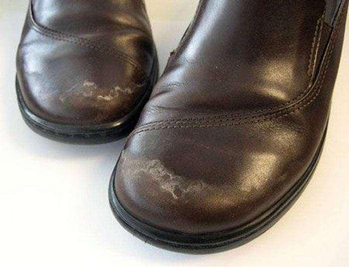 Раствор из стакана воды и ложки уксуса поможет избавиться от соляных разводов на кожаной обуви.