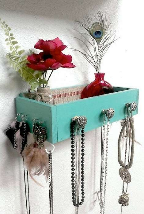 Старый выдвижной шкафчик можно превратить в красивую полку с крючками для хранения украшений и аксессуаров для волос.