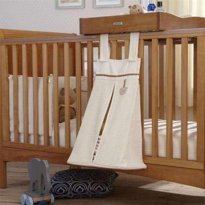 Вместительная сумка для пеленок, салфеток и подгузников, которая крепится к детской кроватке.