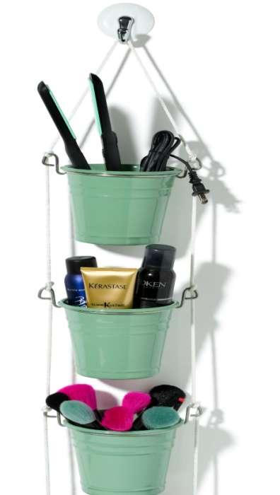 Из небольших цветочных горшков можно сделать удобный органайзер для хранения косметических принадлежностей.