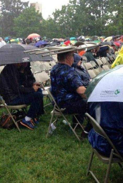Спасение от дождя подручными средствами.