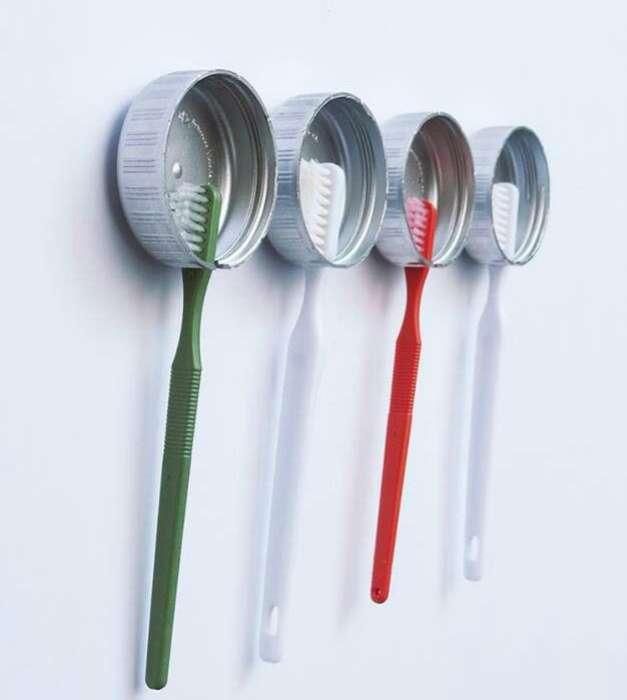 Из обычных пробок можно сделать индивидуальные держатели для зубных щеток.
