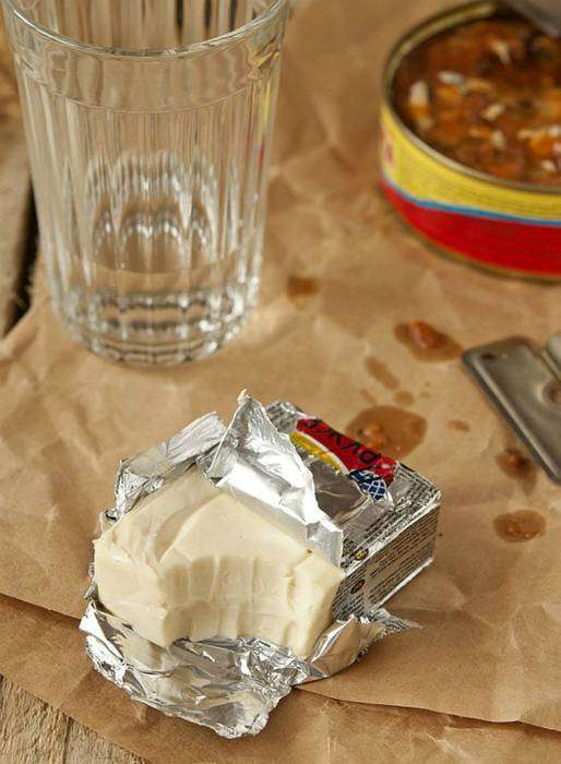 Плавленный сырок «Дружба», изготовленный из лучшего молока, сыра и сливочного масла с добавлением натуральных приправ.