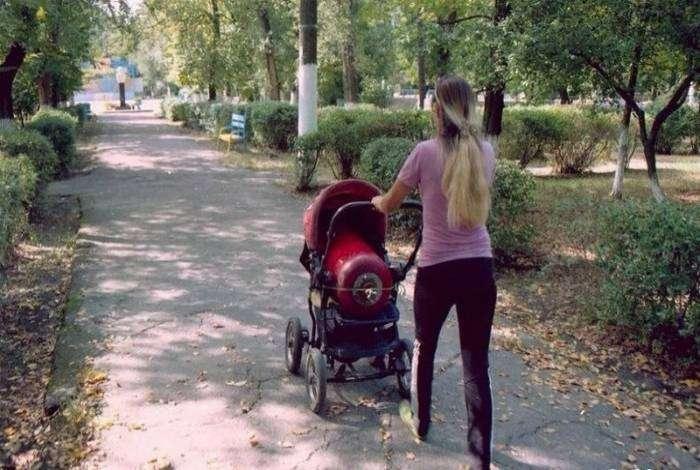 Уставшая мамочка взяла на прогулку газовый баллон, вместо малыша.