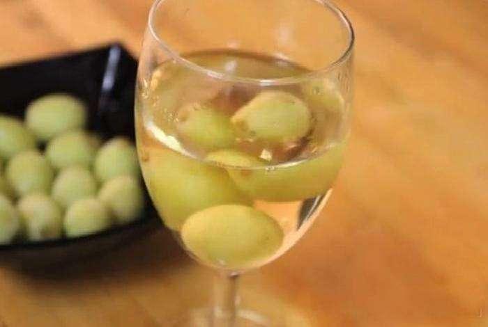 Используйте замороженный виноград, чтобы охладить белое вино, не испортив его вкусовых качеств.