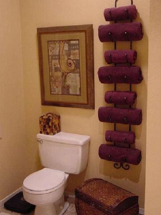 Банные полотенца очень удобно хранить на металлическом стеллаже для винных бутылок.