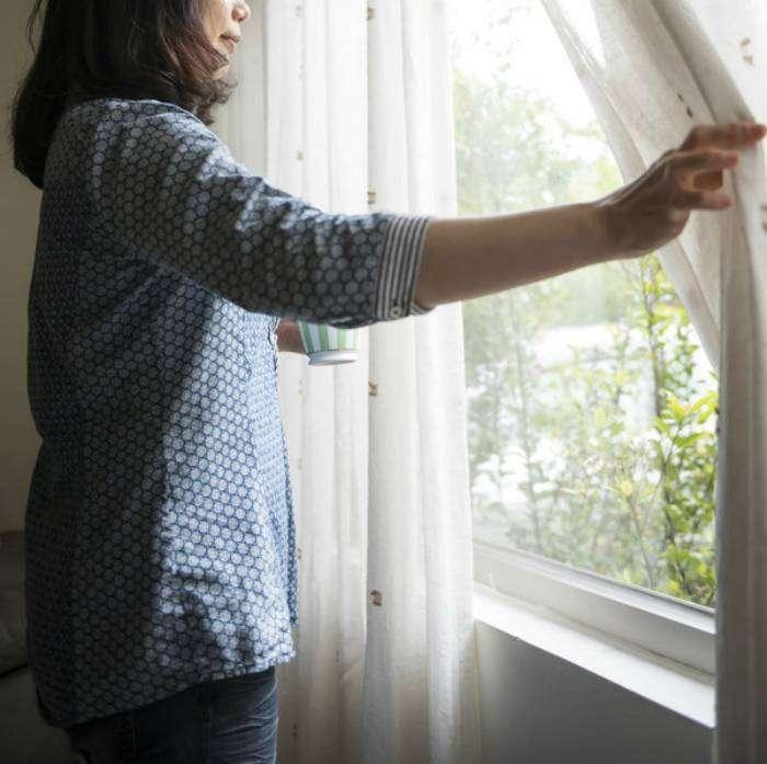 В солнечные дни открывайте шторы - это поможет увеличить комнатную температуру на один-два градуса.