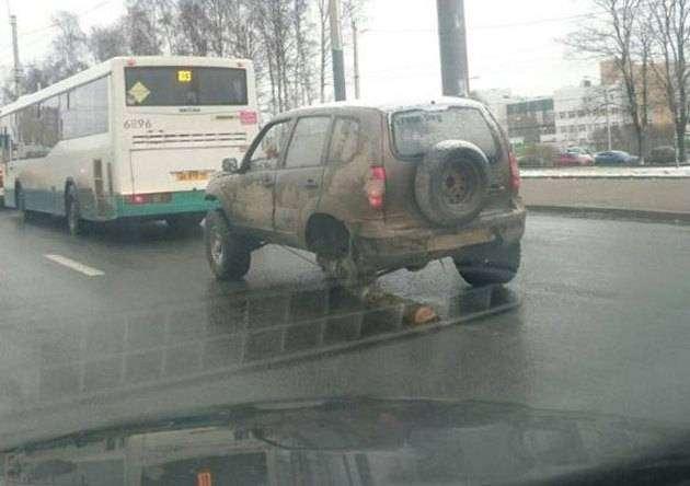 Фото 1 - По Петербургу проехала «Нива» с бревном вместо одного колеса