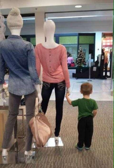 Маленький мальчик устал ждать маму из примерочной и нашел ей замену.