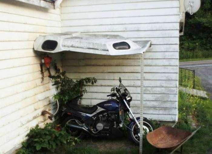 Замечательный гараж из куска металлолома.