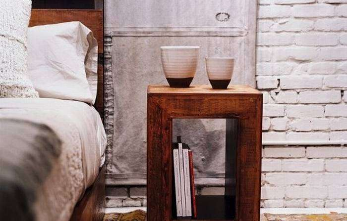 Отличный классический деревянный журнальный столик стал прекрасным дополнением к интерьеру комнаты.