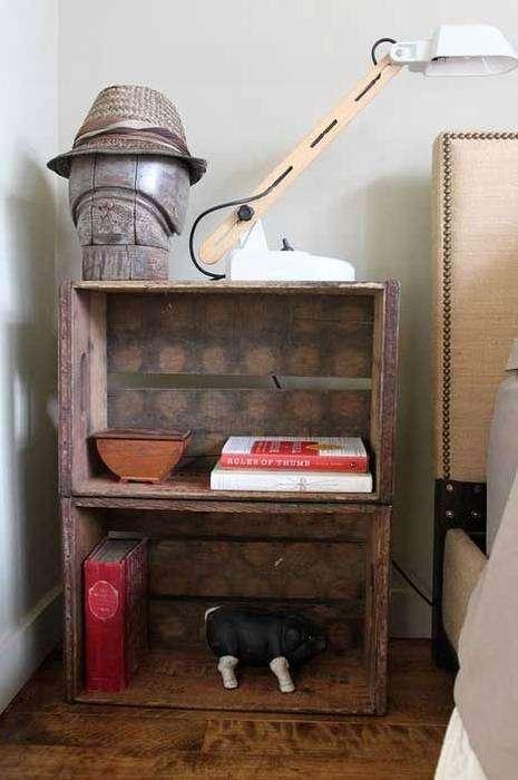 Эффектный столик из двух ящиков прекрасно впишется в интерьер комнаты.