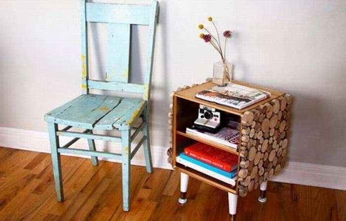 Маленький прекрасный столик сделанный своими руками для уютной обстановки комнаты.