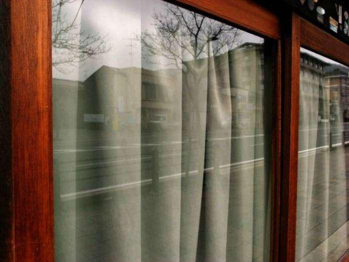 После захода солнца шторы следует закрывать, чтобы тепло из квартиры не улетучивалось.