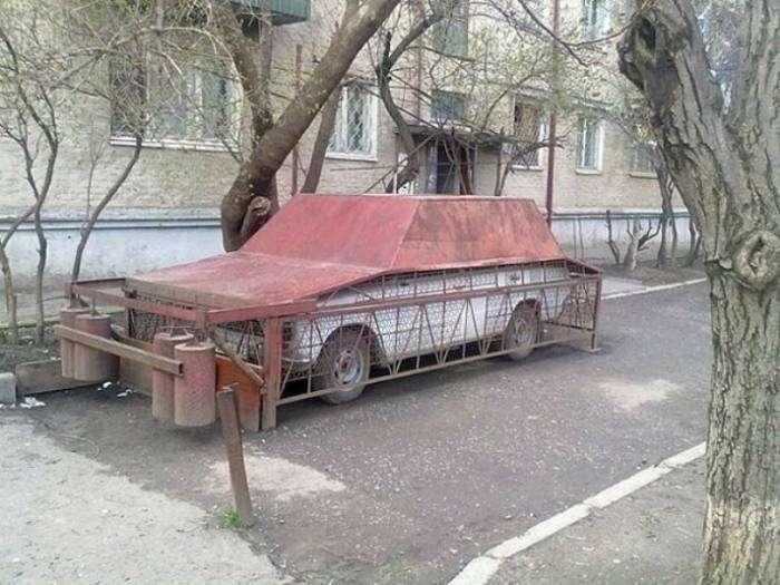 Бронированный самодельный гараж, который поможет сохранить парковочное место и защитит автомобиль от местных хулиганов.