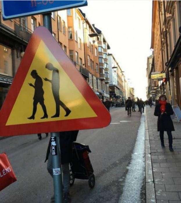 Пешеходы с телефонами - хуже зомби.