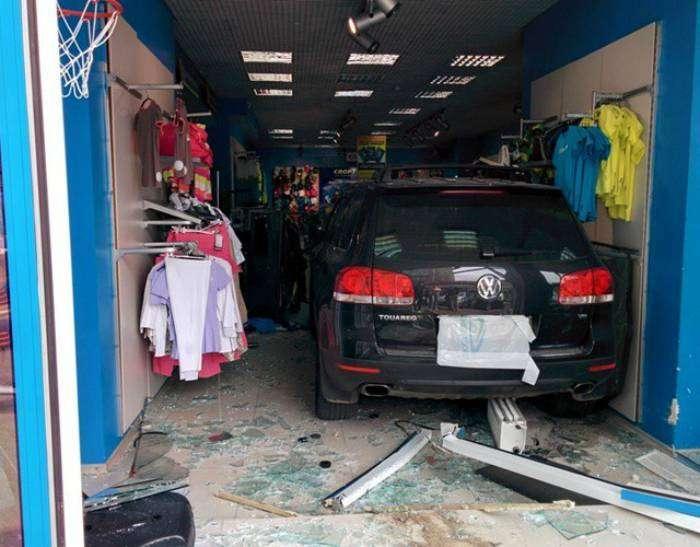 Эффектное появление автомобиля в спортивном магазине.