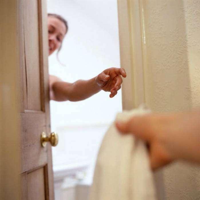 Оставляйте дверь ванной комнаты открытой после купания. Теплый, влажный воздух поможет повысить температуру в соседних помещениях.