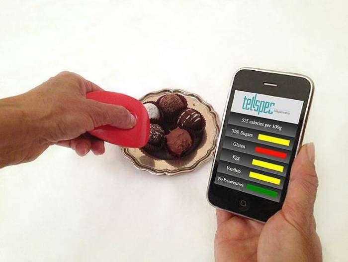 Устройство, которое сканирует продукты и выводит их состав на экран смартфона.