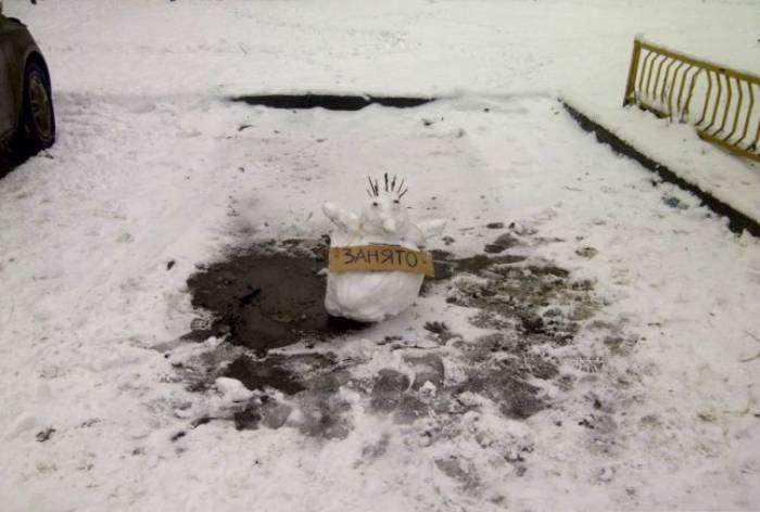 Это место уже занято, тут припаркован снеговик.