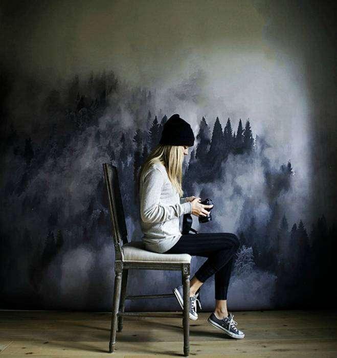 Фантастические обои с изображением туманного леса, окутанного сумерками.