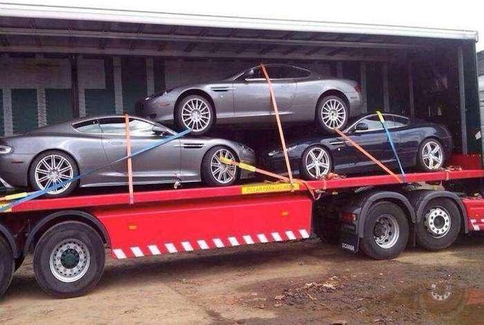 Оригинальный способ перевозки новых машин.