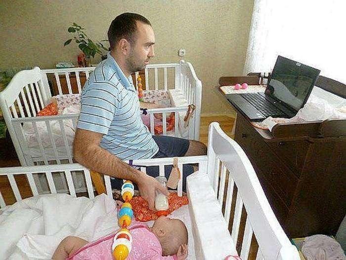 Отец-профессионал может накормить двоих детей, не отрываясь от любимого сериала.