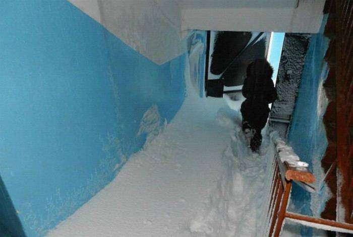 В подъездах России тоже зима.