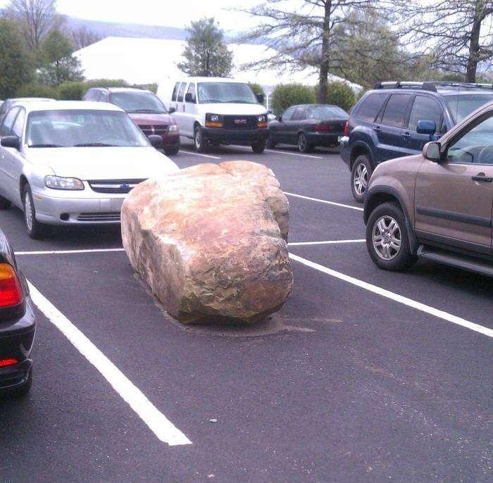 Тяжелый но эффективный способ занять место на парковке.