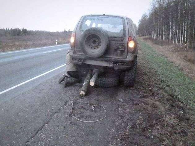 По Петербургу проехала «Нива» с бревном вместо одного колеса