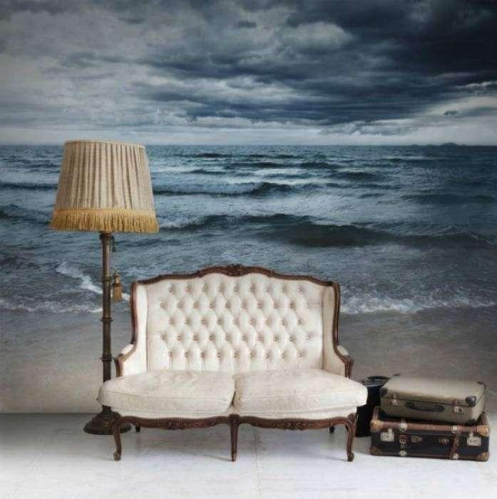 Обои с изображением моря в интерьере гостиной.