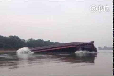 Перегруз баржи в Китае (видео)