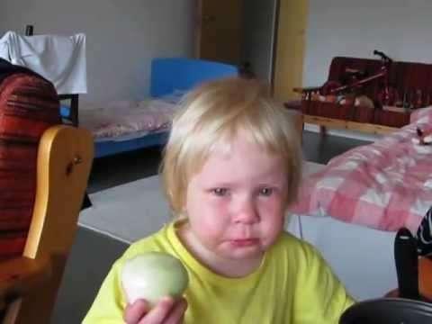 Девочка и лук (видео)