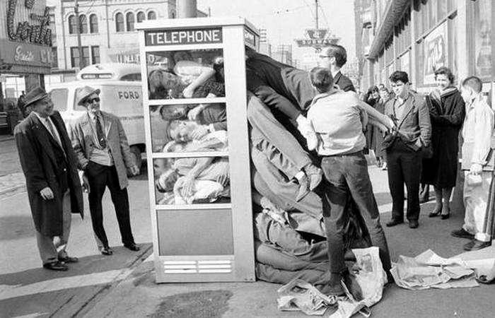 Набивание людей в телефонную будку.