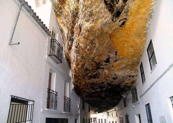 Тысячетонная скала нависает над домом.