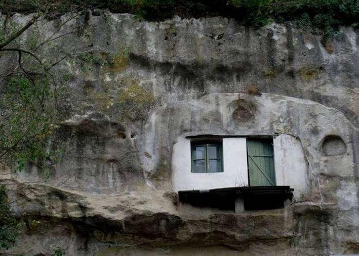 Естественные пещеры - идеальное жильё.