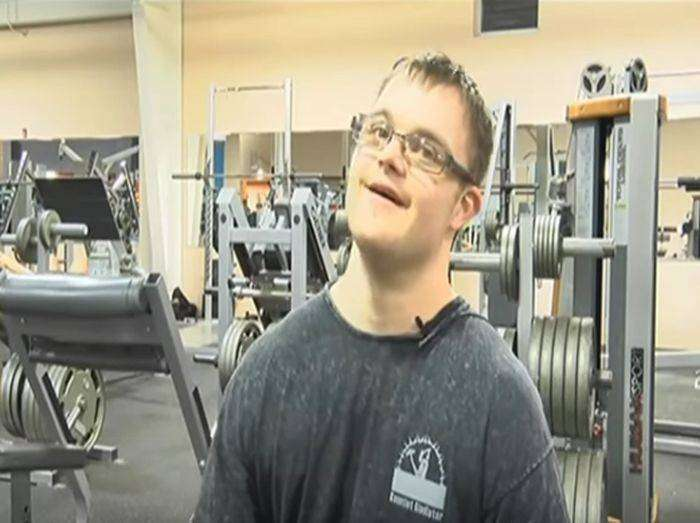 Парень, страдающий синдромом Дауна, увлекся бодибилдингом и готовится к соревнованиям (8 фото)