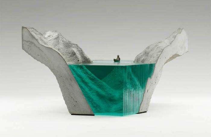 Объёмные скульптуры созданы вручную из бетона и толстого спрессованного флоат-стекла