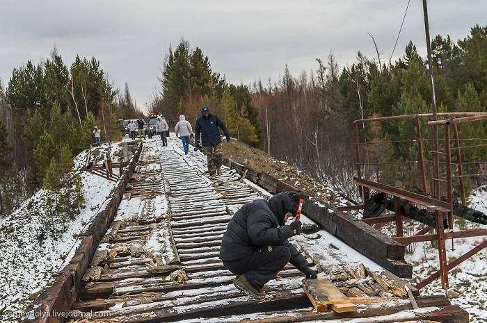 На Куандинском мосту дыры латают прямо во время движения автомобилей.