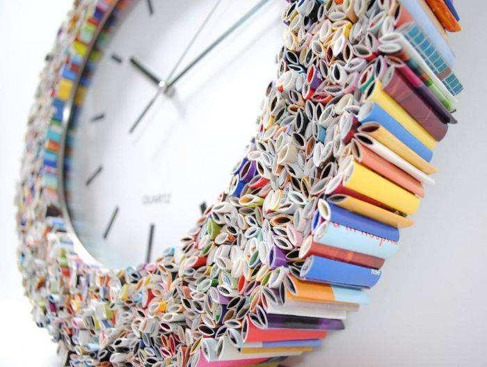 Настенные часы, декорированные кусочками журналов