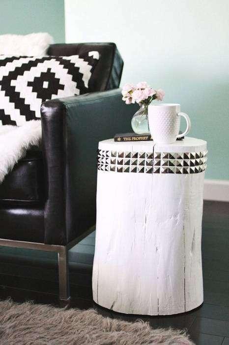 Симпатичный DIY столик из дерева отлично дополняет интерьер комнаты.