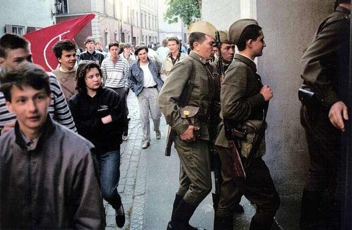 1990 Солдаты Советской Армии на улицах Риги после демонстрации 4 мая в ознаменование годовщины Декларации независимости Латвии.jpg